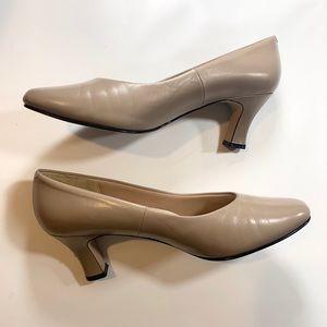 Ruehl No. 925 So Soft Beige Heels Size 8M